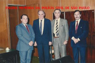 Dependências do DEIC, na década de 80. À partir da direita, Delegados Pedro Herbella, Cláudio Gobetti, (X) e (X). https://www.facebook.com/MemoriaDaPoliciaCivilDoEstadoDeSaoPaulo/photos/a.299034823552429.68610.282332015222710/1088598307929406/?type=3&theater