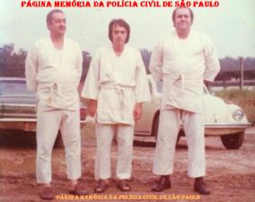 Alunos da Turma do concurso DP- 01/1976, de Delegados de Polícia da ACADEPOL, no intervalo de aula de defesa pessoal. À partir da direita, o saudoso Delegado Durante, Odair Grilo e Antônio Vidal.
