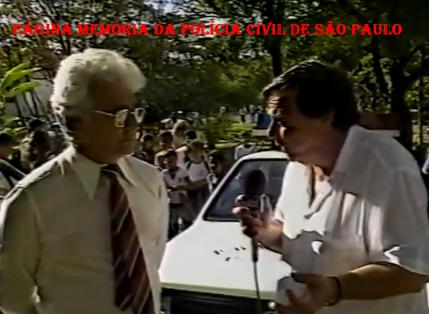 """Delegado de destaque nas décadas de 60, 70, 80 e 90, Hélio Tavares """"HT"""", sendo entrevistado pelo Reporter Policial Gil Gomes, defronte ao 22º DP do DECAP (São Miguel Paulista), em 1.991."""