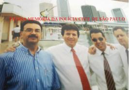 """Reunião dos Chefes de Polícia do IIACP, realizado em Miami, em 1995. Reporter Policial Percival de Souza: Delegados Ivanei Cayres, Dejar Gomes, Carlos Alberto Marchi de Queiroz. Reuinião dos Chefes de Polícia do IIACP, realizado em Miami, em 1995. Acervo do Investigador Sebastião Pereira """"Tião"""". https://www.facebook.com/MemoriaDaPoliciaCivilDoEstadoDeSaoPaulo/photos/a.283058748483370.65461.282332015222710/1210280859094483/?type=3&theater"""