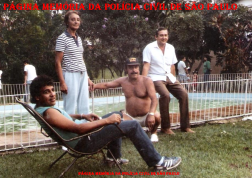 Investigadores da DISCCPAT- DEIC (Kilo), na década de 80. À partir da esquerda, Osvaldinho Santos (sentado), (?), Pereirão (boné preto) e Edson Bonetti.