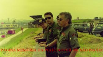 Policiais do SAT- Serviço Aerotático da Polícia Civil em serviço em um Grande Prêmio no Autódromo de Interlagos, no início da década de 90. À partir da esquerda: Delegado Nilson (Piloto), Investigadores Savioli e Antonio Sepe. Acervo do Investigador Daniel Rojo. https://www.facebook.com/MemoriaDaPoliciaCivilDoEstadoDeSaoPaulo/photos/a.395368417252402.1073741855.282332015222710/395368450585732/?type=3&theater