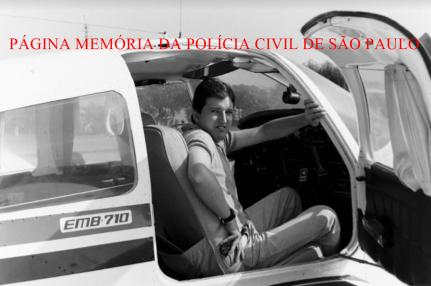 Investigador Ricardo, piloto de avião do SAT- Serviço Aerotático da Polícia Civil SP, em meados dos anos 90. Aeronave PT NKW - Último avião do SAT. Acervo do Investigador Daniel Rojo. https://www.facebook.com/MemoriaDaPoliciaCivilDoEstadoDeSaoPaulo/photos/a.395368417252402.1073741855.282332015222710/1296029793852922/?type=3&theater