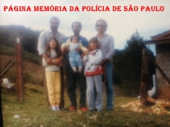"Na década de 80, Investigadores da DISCCPAT- DEIC (Kilo), com familiares. À partir da esquerda Vicente Rodrigues, Wilson Achcar ""in memoriam"" e José Ernesto Aguirre."