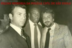 """Ao centro, o atleta Edson Arantes do Nascimento """"Pelé"""", e ao lado Delegado José Roberto Arruda, no final da década de 70. https://www.facebook.com/MemoriaDaPoliciaCivilDoEstadoDeSaoPaulo/photos/a.308633545925890.69594.282332015222710/1312961005493134/?type=3&theater"""