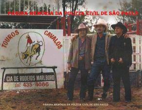 """Festa de rodeio na Região de Campinas, na década de 80, à direita Investigador Lázaro Constâncio """"Lazinho"""". https://www.facebook.com/MemoriaDaPoliciaCivilDoEstadoDeSaoPaulo/photos/a.308633545925890.69594.282332015222710/1080832292039341/?type=3&theater"""