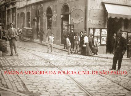 À direita da foto, integrante da extinta Guarda Cívica da Polícia do Estado de São Paulo (em 1.926 mudou o nome para Guarda Civil), em patrulhamento na Rua Líbero Badaró X Avenida São João- Centro de São Paulo, em 1.912.