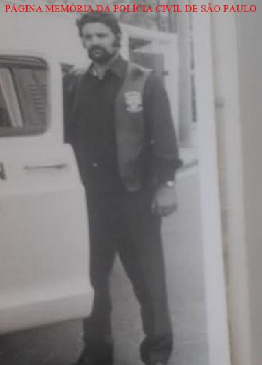 """Investigador Manoel Medeiros Neto """"Manelão"""", quando trabalhava no GARRA Piloto, com o Delegado Osvaldo Roberto Manzo Valery, no final da década de 70. Acervo da filha Regia Mara Medeiros Bueno."""