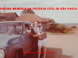 """Policiais da 1ª Delegacia de Roubos da DISCCPAT- DEIC, em diligências em Brasília, com viatura Chevrolet Veraneio """"fria"""", no final da década de 70. Investigadores Mario Pereira Pinto """"Mario Fumaça, in memorian"""", Rui Frederico """"Rui Piteira, in memorian"""" e Federal."""