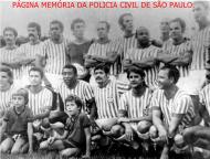 """Delegado de Polícia Moisés José Cocito (de pé, o segundo à partir da esquerda), conhecido no meio futebolístico como Cocito (igual ao seu filho, que jogou no Corinthians), ou para os íntimos, """"Pezão"""". Nasceu no dia 9 de novembro de 1939, em Piratininga, São Paulo. Atingiu o ápice na carreira policial, como Diretor do DEINTER 4. Iniciou carreira no Agudos Futebol Clube (de 1958 a 1959). Transferiu-se para a Associação Atlética Oswaldo Cruz (de 1959 a 1963), passou rapidamente pelo Botafogo-RP (em 1963), restou a Associação Atlética Oswaldo Cruz (em 1964) e acabou sendo negociado com o Santos (em agosto de 1964), onde jogou com o Pelé. Posteriormente, defendeu o Esporte Clube Noroeste (de 1965 a 1966). Chamou a atenção do Corinthians de Presidente Prudente, onde jogou de 1966 a 1968. Lá, encerrando a carreira. Antes de pendurar as chuteiras, teve uma breve passagem pela Ponte Preta de Campinas e foi duas vezes convocado para a Seleção Brasileira de novos, para disputar o Sul-Americano no Perú."""