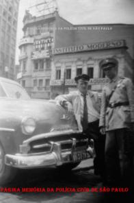 Motorista de taxi recebendo multa de um integrante da extinta Guarda Civil da Polícia do Estado de São Pauloo, em plena Avenida São João, na década de 50.