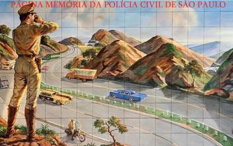 """Mural de azulejo de uma casa no bairro da BoaVista, São Caetano do Sul, em que o cenário mostra um patrulheiro da extinta Polícia Rodoviária de São Paulo, observando o movimento da rodovia, enquanto outros dois aparecem na cena em segundo plano, o primeiro dirigindo uma moto de patrulha, enquanto um segundo está trafegando na própria rodovia, entre os demais veículos, com o que parece ser um """"Gavião"""", protótipo desenvolvido sobre a plataforma do veículo Uirapuru, que fora cedido à corporação para teste. O mural foi obra do artista conhecido como """"Asteca"""" cujos trabalhos também são bastante encontrados em cemitérios paulistanos, como principalmente no Cemitério da Quarta Parada."""