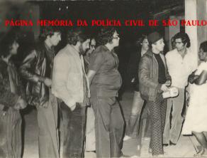 """Policiais da DISCCPAT- DEIC (Kilo), em diligências no Estado do Paraná, na prisão de integrantes de uma quadrilha de ladrões de carga que assassinavam suas vítimas, no início da década de 80 .À partir da esquerda, (?), (?), (?); Investigadores Water Francisco, o saudoso Nelson Neves Freire """"Zoio"""", (?), Antônio Lázaro Constâncio """"Lazinho"""", (?) e a esposa de uma das vítimas."""