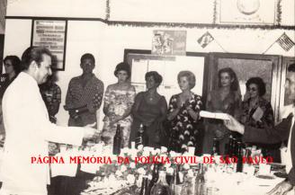 """Diretor da DISCCPAT- Divisão de Crimes Contra o Patrimônio do DEIC """"Kilo"""", Dr. Nestor Sampaio Penteado sendo homenageado, recebendo láurea das mãos do repórter policial Paladino, no final da década de 70."""
