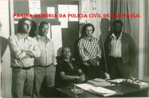 """DISCCPAT- DEIC (Kilo), em 1.977. À partir da esquerda, Investigadores de Polícia Paulo Roberto De Queiroz Motta (Atual Delegado Titular do Jd Casqueiro- DEINTER 6), Nelson Laurindo, Edival Monteiro (Chefe), Rubens e """"Jacob Preto"""". (Acervo do Investigador Edival Monteiro)."""