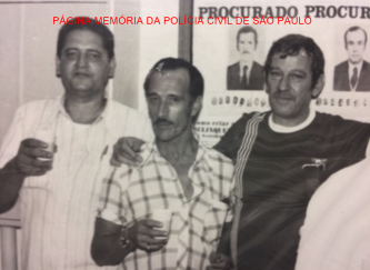 "Os investigadores de saudosa lembrança Clezo Campos Ribeiro, (X) e Dino Bacelli, da antiga 4ª Delegacia de Roubo de cargas da DIG. Acervo Investigador Sebastião Pereira ""Tião"" https://www.facebook.com/MemoriaDaPoliciaCivilDoEstadoDeSaoPaulo/photos/a.372880226167888.1073741849.282332015222710/1260669480722287/?type=3&theater"