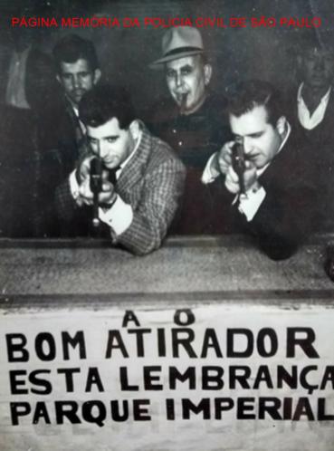 Investigador Osvaldo Peixoto e outro policial, em posição de tiro, no Clube Parque imperial, início da década de 60. https://www.facebook.com/MemoriaDaPoliciaCivilDoEstadoDeSaoPaulo/photos/a.308633545925890.69594.282332015222710/1344710858984815/?type=3&theater