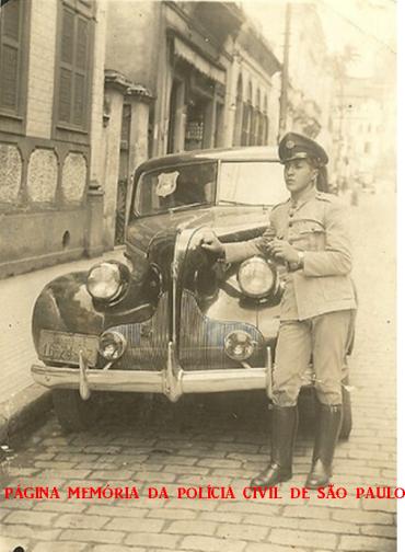 Viatura de marca Ford, modelo 1.939, da extinta Guarda Civil da Policia do Estado de São Paulo, tendo ao lado o soldado da Força Pública Joaquim Camargo, no município de Santos. (Acervo de Vaneli F. Cruz e dos filhos GCM de Bragança Paulista Josmar de Camargo e Camarguinho).