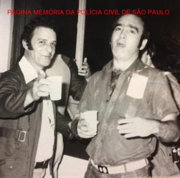 """Os saudosos Repórter Paladino e o Investigador Everaldo Petri, nas dependências do DEIC, no final da década de 70. Acervo do Investigador Sebastião Pereira """"Tião"""". https://www.facebook.com/MemoriaDaPoliciaCivilDoEstadoDeSaoPaulo/photos/a.283058748483370.65461.282332015222710/1267121073410461/?type=3&theater"""