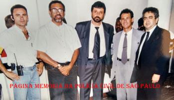 "De óculos, o Policial Civil e Reporter Policial Ronaldo Lopes ""Pantera"", ladeado pelos Delegados Osvaldo Nico, Nivaldo e Jurandir Correia Santana, início da década de 90. https://www.facebook.com/MemoriaDaPoliciaCivilDoEstadoDeSaoPaulo/photos/a.283058748483370.65461.282332015222710/1149882488467654/?type=3&theater"