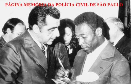 """O Prefeito do Município de Santa Branca/SP, Delegado Carmo Aga, recebendo o autógrafo do atleta Nelson Arantes do Nascimento """"Pelé"""", no início da década de 80."""