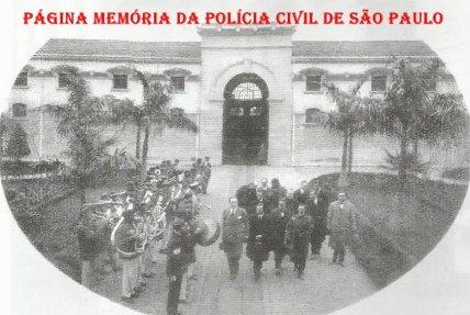 Visitantes da Penitenciária do Estado de São Paulo (Presídio da Avenida Tiradentes), conduzidos pelo Diretor Delegado de Polícia Acácio Nogueira e recepcionados por banda musical , na década de 30. (Museu Penitenciário).