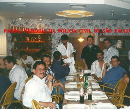 """Chefia do GARRA, em 1997. À esquerda Investigadores Wanderley e Paulão; Delegado de Polícia Emygdio Machado Neto (atual Diretor do DEIC). Em pé, Delegado Osvaldo Gonçalves """"Nico"""" (atual Diretor do DECADE), Investigadores Carlinhos e Paulinho. À direita - Chefe dos Investigadores Montanheiro e Ronaldo."""