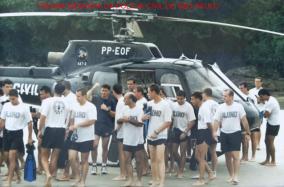 Policias civis em treinamento no Guarujá, com o Pelicano, em treinamento dado pela Swat americana, meados da década de 90. Acervo do Investigador Daniel Rojo. https://www.facebook.com/MemoriaDaPoliciaCivilDoEstadoDeSaoPaulo/photos/a.395368417252402.1073741855.282332015222710/1255725234550045/?type=3&theater