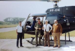 Pelicano pioneiro do SAT- Serviço Aero Tático, em 1.985. Delegado Alfio Merlim dentro da aeronave. À partir da esquerda, Delegado Mauricio Lemos Freire, (?), (?) e Delegado Joaquim Alves Dias.