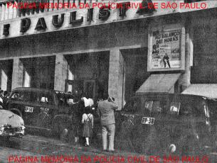 """Viaturas da Rádio Patrulha da Polícia do Estado de São Paulo, em ocorrência no Cine Paulista, na rua Augusta, quando da estreia do filme """"O Balanço das Horas, do Bill Haley e seus Cometas"""", ocasião em que o público iniciou um """"quebra-quebra"""", sendo contidos com a intervenção policial.Viaturas da Rádio Patrulha da Polícia do Estado de São Paulo, em ocorrência no Cine Paulista, na rua Augusta, quando da estreia do filme """"O Balanço das Horas, do Bill Haley e seus Cometas"""", ocasião em que o público iniciou um """"quebra-quebra"""", sendo contidos com a intervenção policial."""