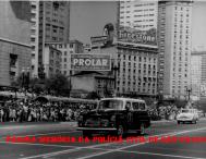 Viatura Chevrolet Amazona, da RONE- R 2, participando de desfile no Vale do Anhangabaú, na década de 60.