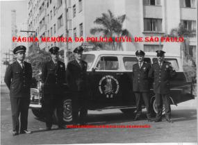 """Viatura Chevrolet GM Amazona (sem o """"s"""" no final),TR- R.2 da RONE- Rondas Especiais Noturna, da década de 1960), com policiais da extinta Guarda Civil do Estado de São Paulo. À partir da esquerda, o segundo é Abraham Ferreira Lima (falecido em 1976 que teve como parceiros de policiamento: Caramuru, Milton, Inspetor Ladeira, Inspetor Oliveira, etc..). (Acervo do filho Carlos Alberto Paulichelis Ferreira)."""