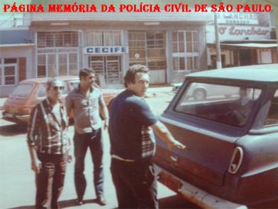 """Policiais da 1ª Delegacia de Roubos- DISCCPAT do DEIC (Kilo), no final da década de 70, em diligências em Foz do Iguaçu e Paraguai, com viatura GM- C14 descaracterizada. À partir da esquerda, Investigadores Rui Frederico """"Rui Piteira, in memorian"""", Maio Pereira Pinto """"Mário Fumaça, in memorian"""" e Federal."""