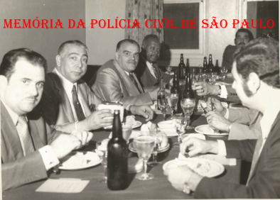 "Chefia da DISCCPAT- DEIC ""Kilo"", no final da década de 60. À partir da esquerda, Investigadores Sócio Russo, Pedro Isauro, Vicentão, Antônio Deodato da Fonseca ""Deodato"", Pasculli e Escrivão Russo. https://www.facebook.com/MemoriaDaPoliciaCivilDoEstadoDeSaoPaulo/photos/a.372880226167888.1073741849.282332015222710/372880356167875/?type=3&theater"