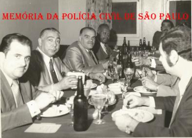 """Chefia da DISCCPAT- DEIC """"Kilo"""", no final da década de 60. À partir da esquerda, Investigadores Sócio Russo, Pedro Isauro, Vicentão, Antônio Deodato da Fonseca """"Deodato"""", Pasculli e Escrivão Russo. https://www.facebook.com/MemoriaDaPoliciaCivilDoEstadoDeSaoPaulo/photos/a.372880226167888.1073741849.282332015222710/372880356167875/?type=3&theater"""
