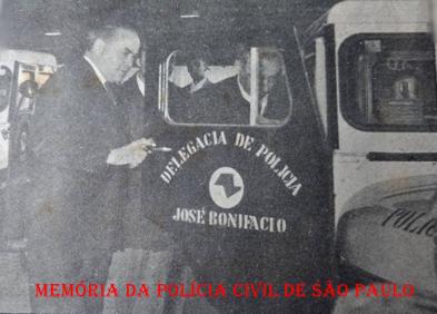 O Secretário de Segurança Pública Virgílio Lopes da Silva, examinando uma viatura Jeep, para ser entregue para o Município de José Bonifácio, em 1.962. https://www.facebook.com/MemoriaDaPoliciaCivilDoEstadoDeSaoPaulo/photos/a.282375325218379.65301.282332015222710/1085976408191596/?type=3&theater