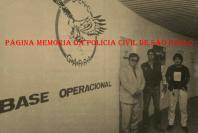 """Base Operacional do GARRA, em meados da década de 80. À esquerda, o saudoso Delegado Supervisor do GARRA Mitsuyui Taniguchi, ladeado pelos Investigadores Antônio Fernandes Martins """"Rambo"""" e Hugo Hira. https://www.facebook.com/MemoriaDaPoliciaCivilDoEstadoDeSaoPaulo/photos/a.299433930179185.68692.282332015222710/1069873523135218/?type=3&theater"""