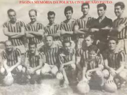 """Equipe de futebol do DI- Departamento de Investigações, inicio da década de 60. Investigador Casemiro Barros; Delegado Fernando Vilhena; Investigadores Paulão """"Pinduca"""" e o Sergião Scalzareto. https://www.facebook.com/MemoriaDaPoliciaCivilDoEstadoDeSaoPaulo/photos/a.308633545925890.69594.282332015222710/1232968050159097/?type=3&theater"""