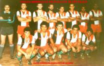 Equipe de futebol do GARRA em 1.979: Agachados, Investigadores (?), Osvaldinho, (?), Tadeu e (?).