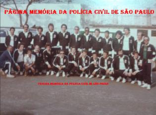 """Equipe de futebol do DEIC, no final da década de 70. De pé, a partir da esquerda, Investigadores Venâncinho, Brito """"do Cavalo"""", Rauci, (?), (?), (?), (?), Mário Pereira Pinto """"Mário Fumaça, in memorian"""", (?), (?), (?) e Delegado (?). Agachados, Investigadores (?), Tadeu; Delegado Sebastião; Investigadores Bahia """"in memorian"""", (?), (?), (?), Edmilson, Raimundinho, Marcelo Janussi, (?) e Investigador Wilson Zampiere (Hoje Delegado)."""