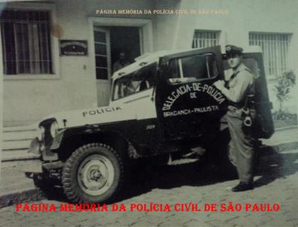 Viatura Jeep do Município de Bragança Paulista, defronte a delegacia, com soldado da extinta Força Pública da Polícia do Estado de São Paulo, na década de 60.