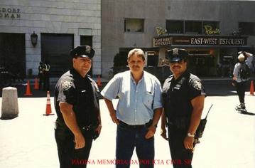 Investigador de Polícia Luiz Melchiades Piacentini, com patrulheiros do NYPD, ao lado do Hotel Plaza, em Nova York.