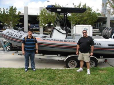 Os Investigadores de Polícia Rodrigo Fukuoka, à esquerda e Petraco à direita, em visita à polícia de Miami Beach, em 2.009.