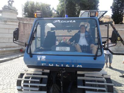Delegado de Policia Paulo Roberto De Queiroz Motta , a bordo de viatura para tráfego em neve da Polizia di Stato - Roma - Italia, em junho de 2.012. — com Paulo Roberto De Queiroz Motta em polizia di stato.