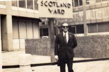 """Delegado de Polícia Antonio Carlos de Castro Machado, o """"Dr. Caio"""" em visita a sede da Scotland Yard, em Londres, em 1975. Na época, era Delegado Seccional de Polícia de Santos. (enviado pelo filho, o Delegado de Polícia Titular do 5 DP de Santos, Antonio Carlos de Castro Machado Junior)."""