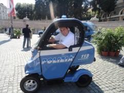 Delegado de Polícia Paulo Roberto De Queiroz Motta , de Cubatão- DEINTER 6, a bordo de curiosa mini viatura da Polizia di Stato italiana, em maio de 2.012. — em Piazza del Popolo.