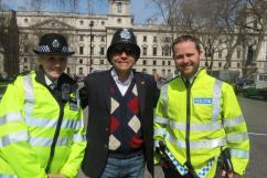 Delegado de Polícia Mário Leite De Barros Filho, em Londres, com dois policiais locais, em abril de 2.013.