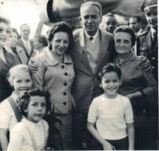 """Delegado de Polícia Coriolano Nogueira Cobra """"in memorian"""" (ex- DGO por duas vezes), no aeroporto de Congonhas, chegando de Londres onde estagiou na Scotland Yard, com a esposa e filhos, em junho de 1959. (acervo da filha Teresa Cobra)."""