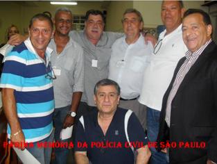 """Investigadores Bedé, Geraldo, Alfredo Lambiase """"Farofa""""; Delegado Paulo Roberto de Queiroz Motta; Caçapa e Delegado Ruas. Agachado Investigador Cyrano."""
