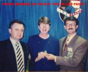 Em outubro de 1993, os Delegados de Polícia Mauro Marcelo de Lima e Silva (à direita), recém graduado pela Academia Nacional do FBI, em Quantico, Virginia- USA e Carlos Alberto Marchi de Queiroz, Delegado Assistente da Acadepol, SP, foram designados, por portaria, pelo então Delegado Geral de Polícia Álvaro Luz Franco Pinto, para representá-lo no 100º Congresso da International Association of Chiefs of Police, IACP, em Saint Louis Missouri, EUA. Ao centro, Janet Wood Reno, que foi a primeira mulher a ocupar o honroso cargo de Attorney General of the United States.